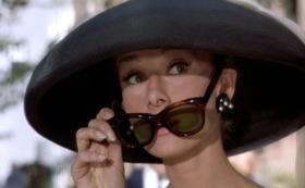 breakfast-at-tiffanys_audrey-hepburn_black-hat-sunglasses_bmp